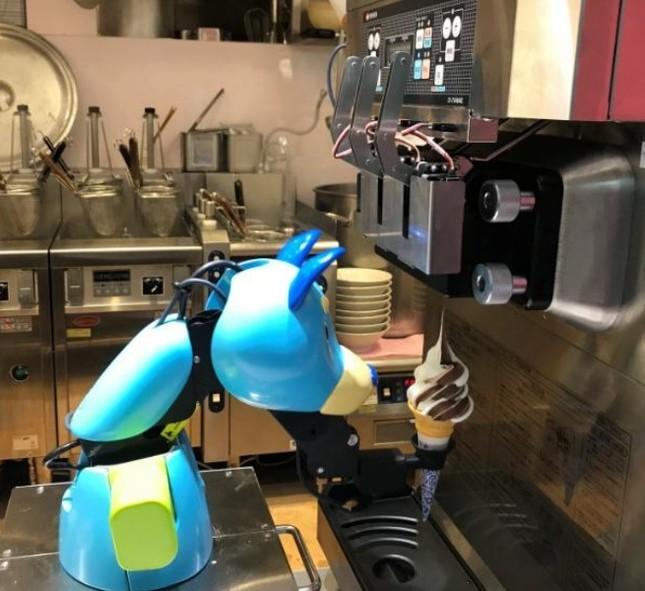 ソフトクリームの調理ロボット「ワンダー」(画像はセブンアンドアイフードシステムズ資料より)