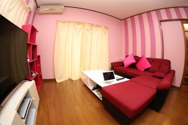 ピンクのストライプが壁紙のリビングルーム