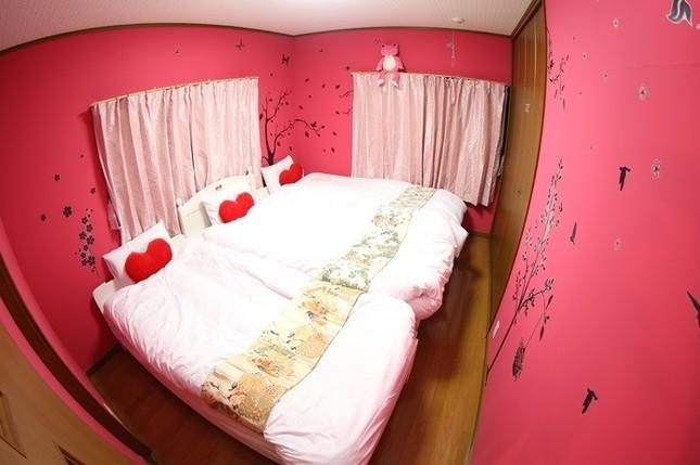 ベッドには真っ赤なハートのクッション
