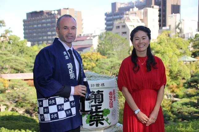 (左から)ヴィッセル神戸のアンドレス・イニエスタ選手、元サッカー女子日本代表の澤穂希さん