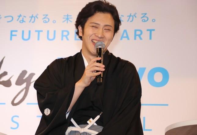 笑顔の尾上松也さん