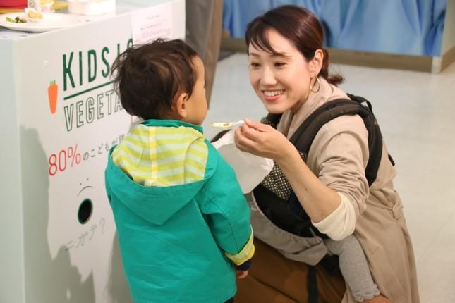 西友赤羽店内の「KIDS LOVE VEGETABLES」試食コーナー