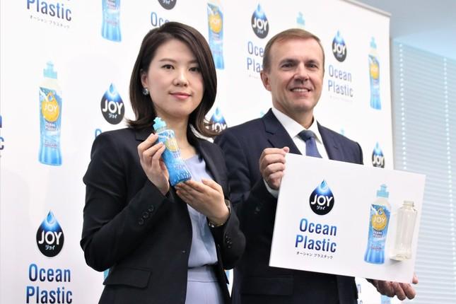 P&Gジャパン代表取締役社長のスタニスラブ・ベセラ氏(右)と、食器用洗剤「JOY」ブランドマネジャーのゾン・シャオファン氏