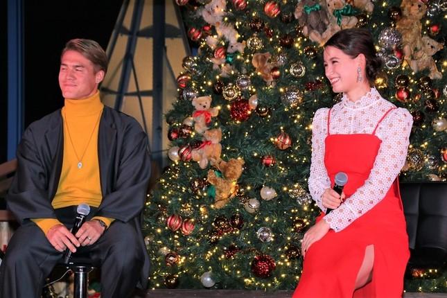 ドイツやクリスマスにまつわる話で終始笑顔を見せていた酒井選手とトラウデンさん
