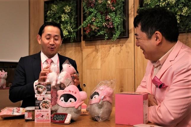 岩下社長に数々の岩下食品グッズをプレゼントされ、嬉しそうな谷田社長