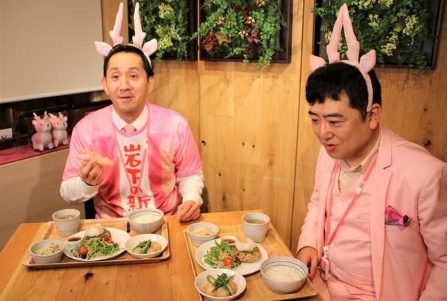 サプライズで本物の岩下の新生姜が特別に箸として登場し、驚く谷田社長と岩下社長