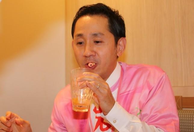 岩下の新生姜ストローを完食する谷田社長