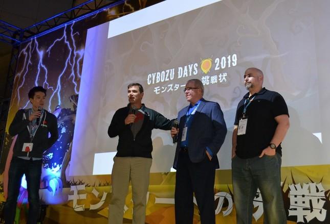 米国内のパートナーを紹介するデイブ・ランダ氏(左から2人目)