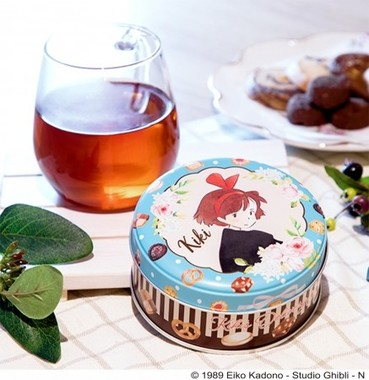 お茶目なキキが描かれたキャラメルとチョコレートの紅茶