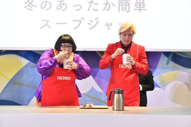 スープジャーのお弁当を試食するメイプル超合金の2人