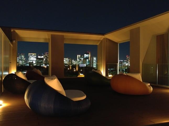 屋上には夜景が見られるオープンテラスがある