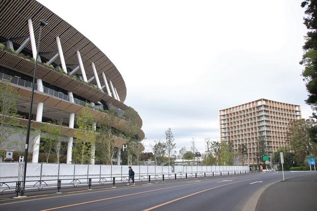 新国立競技場のすぐそばにあるホテル(右)