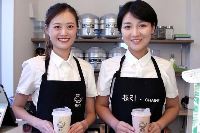 タピオカドリンクを作る周奕引さんと李恩辰さん(左から)
