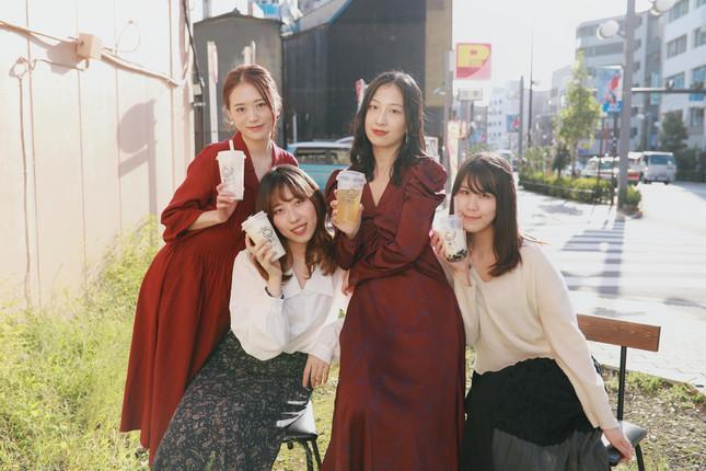 「茶引」に勤務する女性たち(写真は周奕引さん提供)