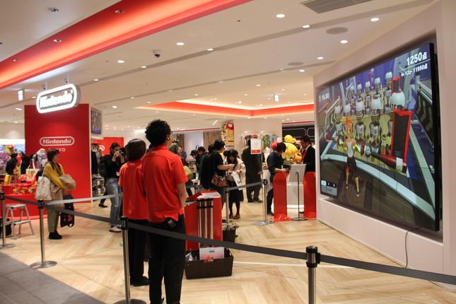 「Nintendo TOKYO」では大画面でゲーム体験ができる