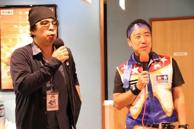 第1回つぼ八杯でもMCを務めたシンガーソングライター・鼻毛の森さん(左)、タミヤ主催のミニ四駆大会でも実況を行うMCガッツさん(右)がMCとして場を盛り上げた