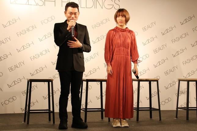 マッシュホールディングス社長の近藤広幸氏、平野選手(左から)