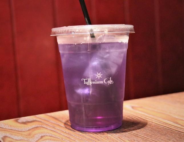 紫色が目を引く「ティフォニウム・ハーブティー」は店の看板ドリンク