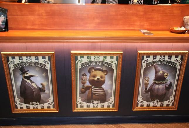 カウンターにはオリジナルキャラクターの絵が飾られている