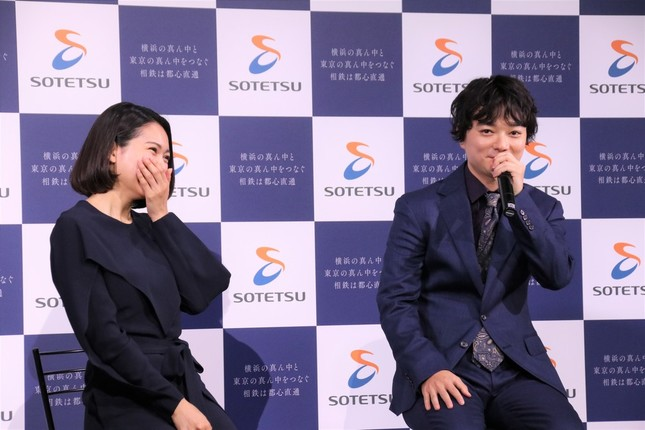談笑する二階堂さんと染谷さん(左から)