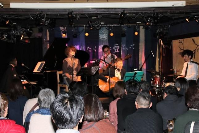 観客のすぐ目の前でバンドが生演奏