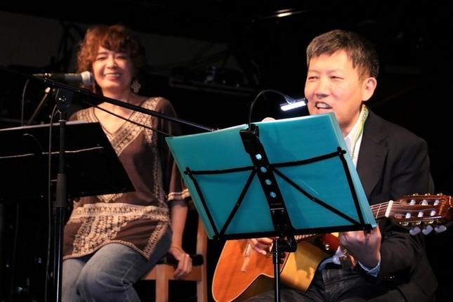 夫婦漫才のような雰囲気で曲の説明をするヤマザキさんと、とり・みきさん