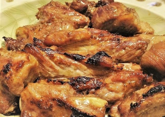肉肉しいスペアリブのグリル(冨永作)。調味液で寝かせた豚肉がオーブンで目覚める