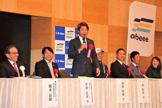 スポーツキャスターの荻原次晴さんがアイデアを披露し、会場は笑いに包まれた