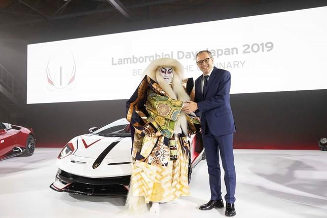 握手する片岡愛之助さんとアウトモビリ・ランボルギーニのチェアマン兼CEO、ステファノ・ドメニカリ(左から)