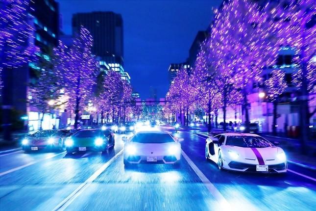大阪の道を走るランボルギーニの車