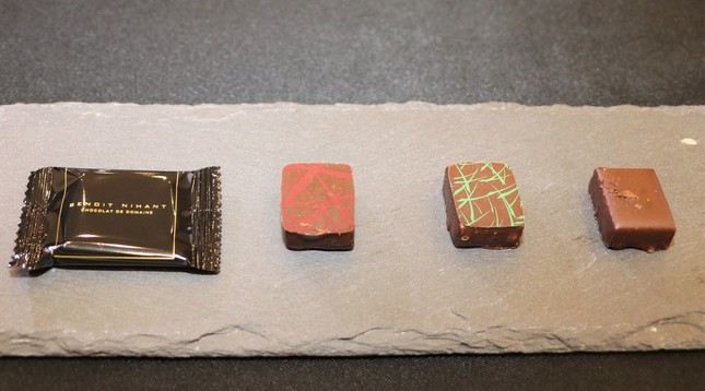 (左から)カカオ74%のチョコ、ストロベリーゼリーと山椒のチョコ、ミントのチョコ、コーヒーのチョコ
