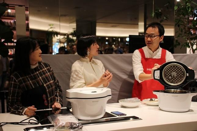 トークイベント後、シャープが販売する電気調理鍋「ホットクック」の実演が行われた