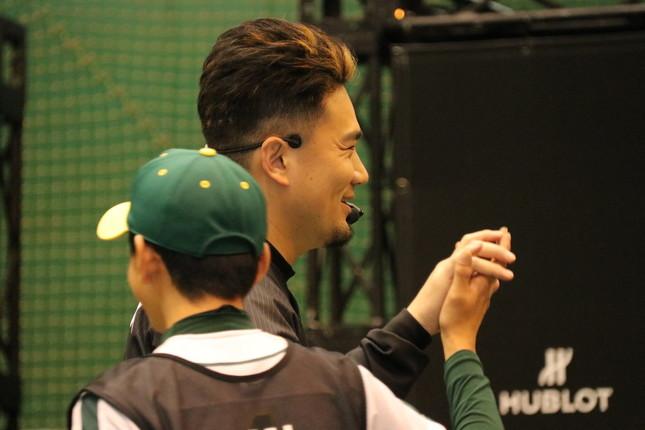 子どもとハイタッチをする田中選手
