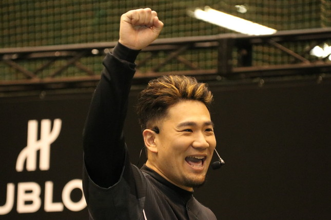 ガッツポーズをする田中選手