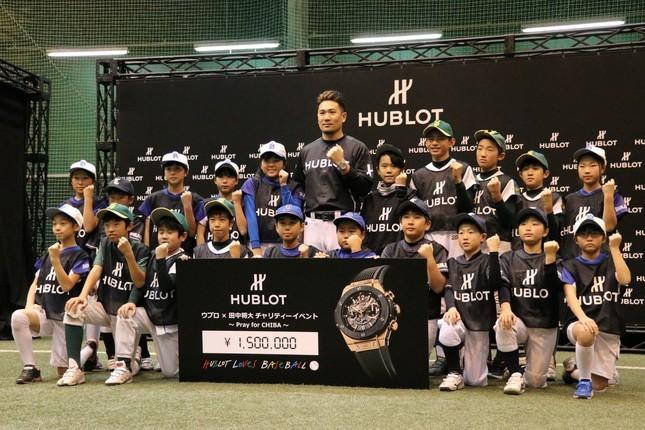 子どもたちと記念撮影をする田中選手