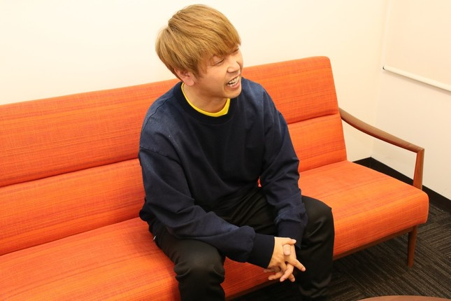 J-CASTトレンドの取材に笑顔で答える森脇さん