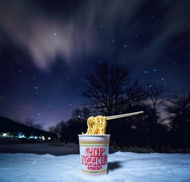 星空の下のカップヌードルが芸術的と話題に(画像は関一也さん@kazuyaseki86提供)