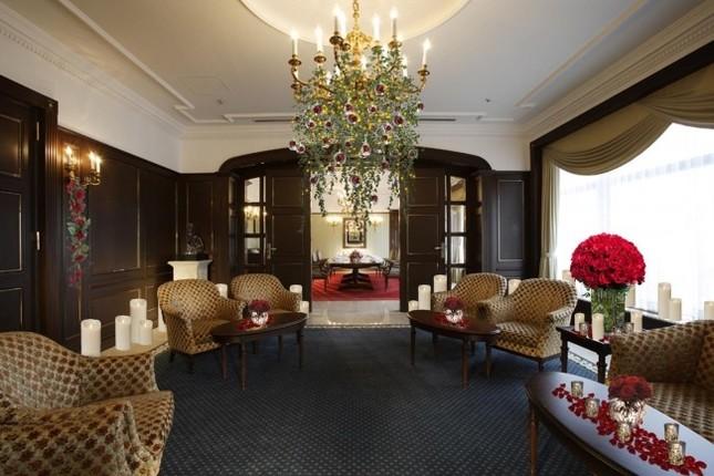 豪華ディナーをバラ装飾の特別個室で