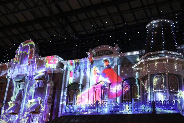 明かりと映像が連動して変化する夜の環境演出(セレブレーションストリート)