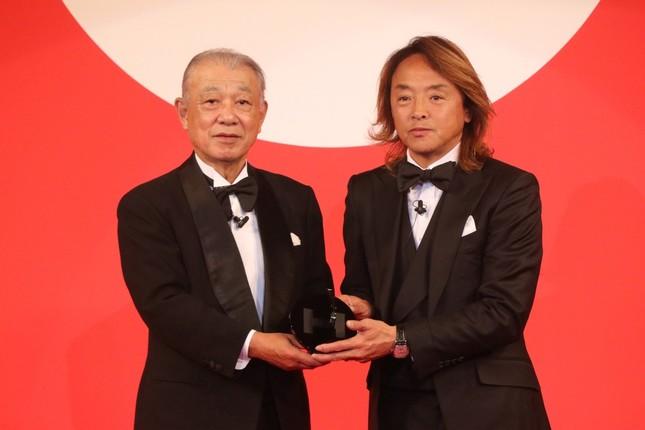 日本財団会長の笹川陽平氏(左)から表彰される北澤豪さん