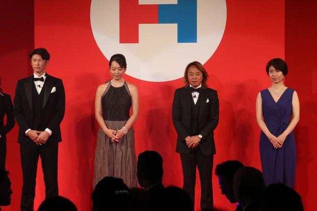 アワードで表彰を受けた巻誠一郎さん、井本直歩子さん、北澤さん、一般社団法人Sport For Smile代表の梶川三枝さん(左から)