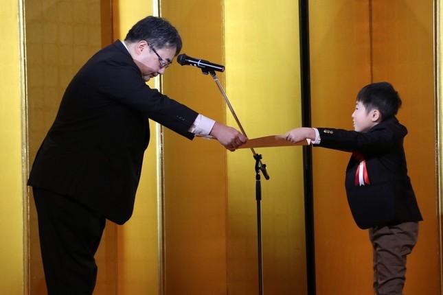 農林水産省の相田剛伸氏、農林水産大臣賞を受賞した金澤怜也さん(左から)