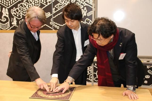 「エルフィンの今後」を占う(左から)大石眞行さん、鏡リュウジさん、秋山眞人さん