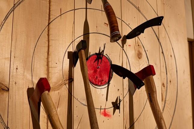斧を的に目がけて投げ、得点を競う「AXE THROWING」