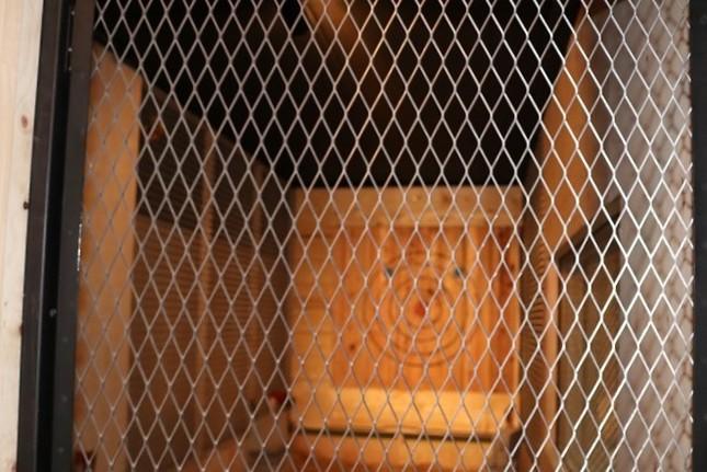 ブース入り口には金網扉を取り付け、安全に配慮