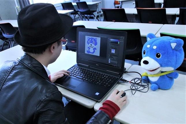 ジェイ・キャストのマスコットキャラクター「カス丸」のドット絵を即興で作る山下さん
