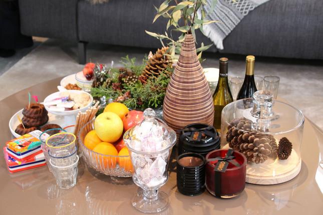 リビングのテーブルの上にはフルーツやキャンドルがぎっしりと