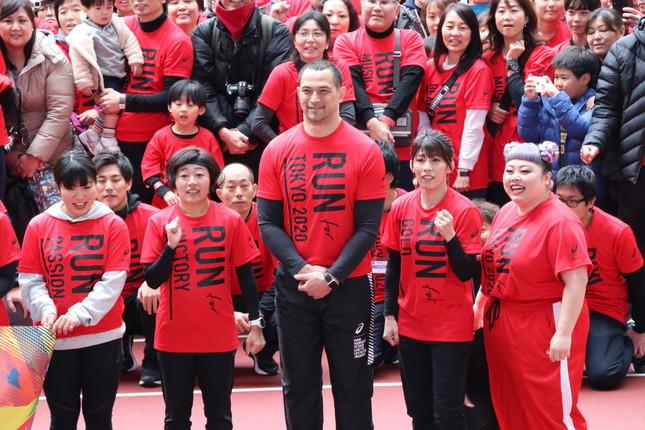 スケートボーダーの中村貴咲さん、野口みずきさん、室伏広治さん、吉田沙保里さん、お笑いタレントの渡辺直美さん(左から)