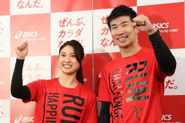報道陣の前に登場した土屋さんと桐生選手(右)