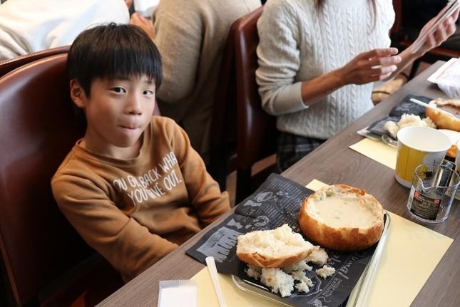 完成したシチューポットパンを器まで完食する親子も多かった